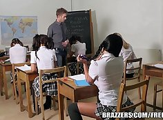 Young bfriends Rizana game video and help with her school activities